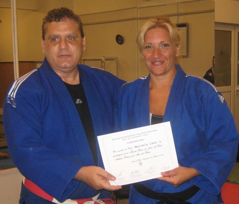 El Mtro. Aníbal Janeiro entrega el certificado de participación a la prof.Marcela Cano.