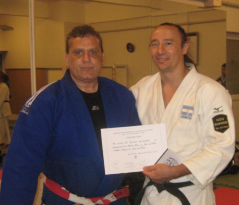 El Mtro. Aníbal Janeiro entrega el certificado de participación al prof.Ariel Alvarez