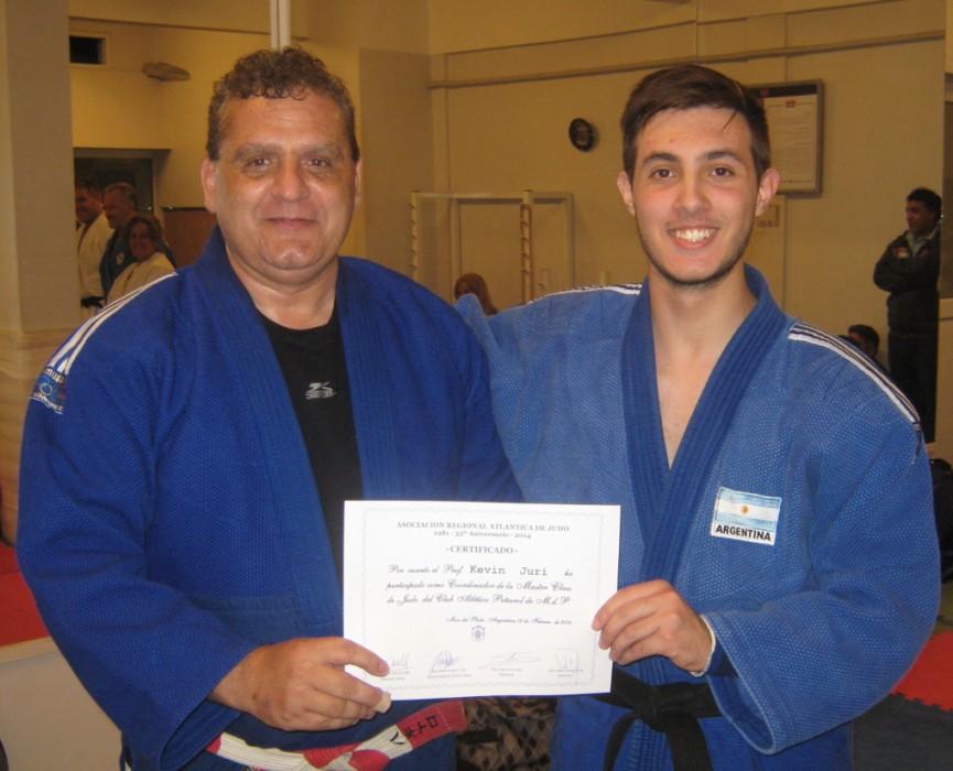 El Mtro.Anibal Janeiro le entrega al Prof.Kevin Juri el certificado como coordinador de la Master Class.
