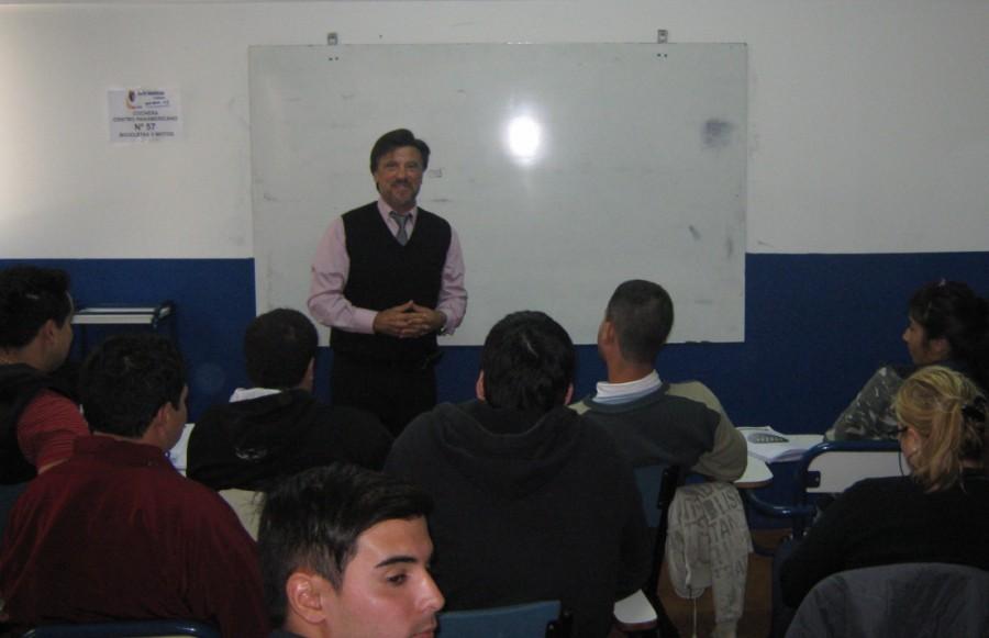 El Maestro Jorge Juri en el aula con los cursantes.