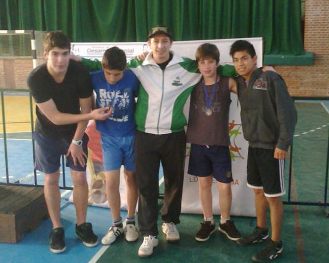 Los luchadores Cristian Hormann , julian Herrer y Abel García con su entrenador Pedro Cambiaso.