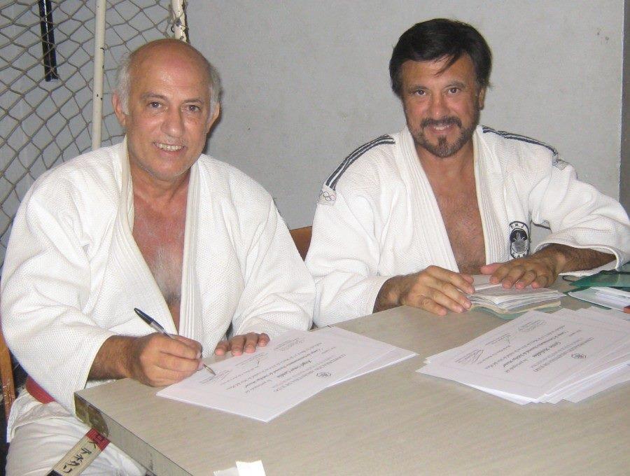 Los Maestros Carlos Denegri y Jorge Juri  firmando los Diplomas y libretas Deportivas.
