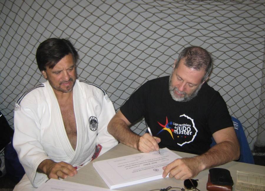 El presidente de la Comisión de Judokas Master de CAJ Gustavo Valle firmando los Diplomas