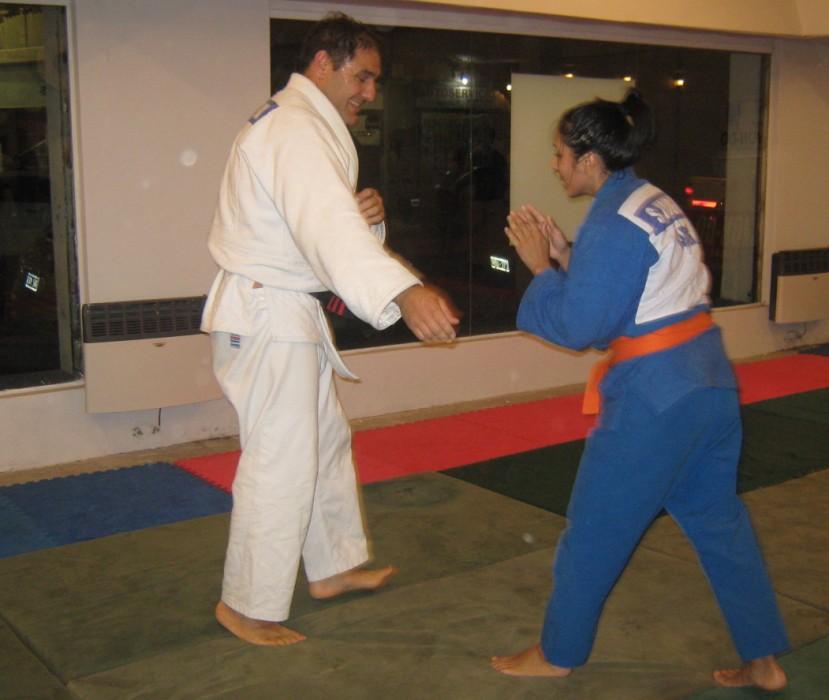 Eduardo Pereyra  luchando ncon Sabrina Yamaguchi