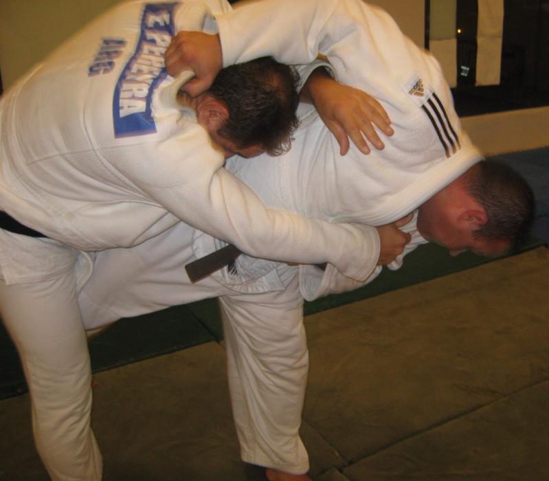 Eduardo Pereyra  en plena lucha con Gustavo Raising.