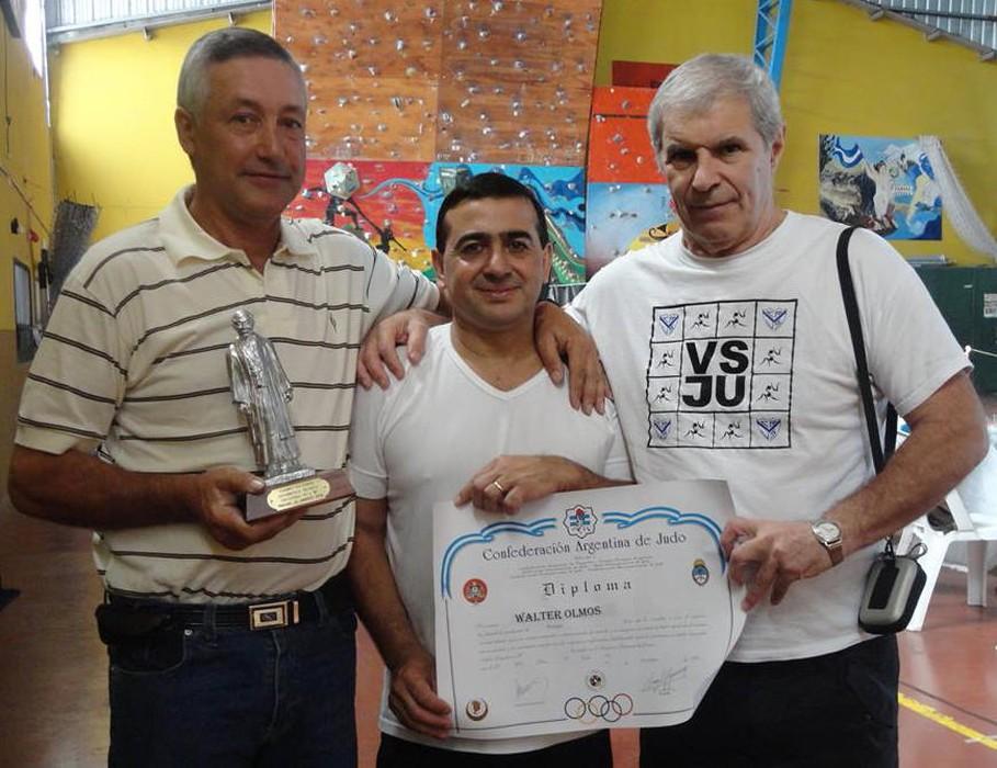El Profesor Mario Alonso con su distinción de la Federación Metropolitana , el Profesor Walter Olmos con su diploma Dan con el Mtro.8º Dan Antonio Gallina.