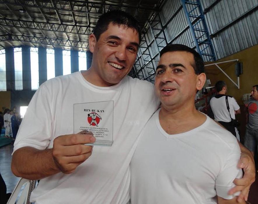 El profesor Luis García de la Mata recibe un presente