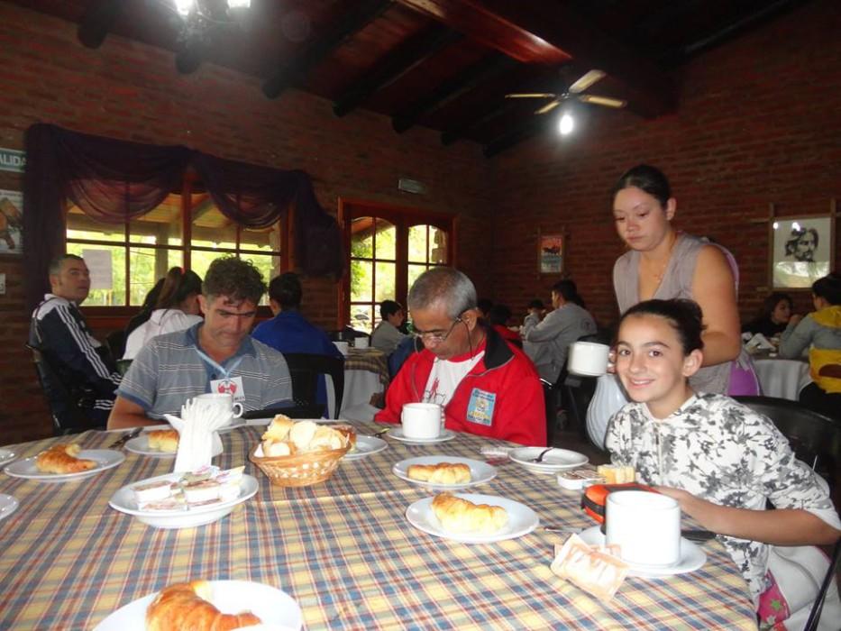 Desayuno con los jóvenes judokas el profesor Daniel Cárdenas (Pcia. de Neuquén)