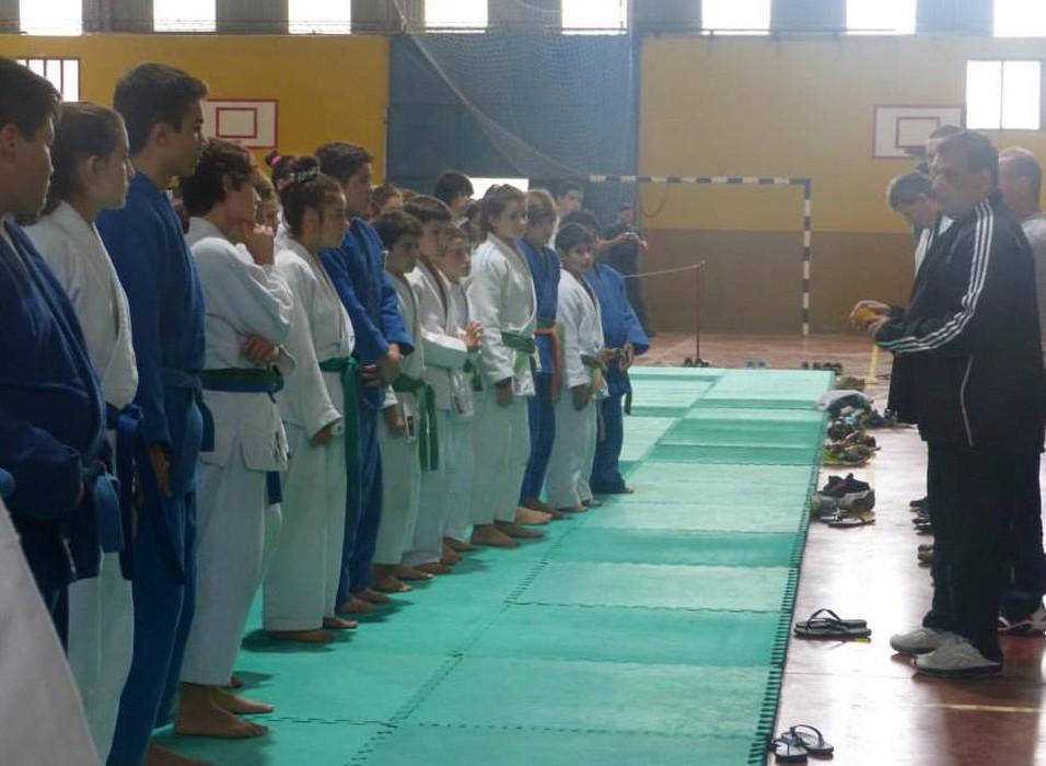El Mtro.Aníbal Janeiro  dando la bienvenida a los judokas .