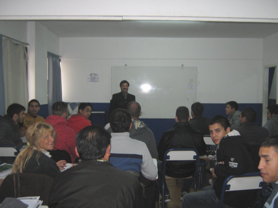 El Maestro Jorge Juri durante la clase con Cursantes en el Aula del Centro Panamericano de Capacitación.
