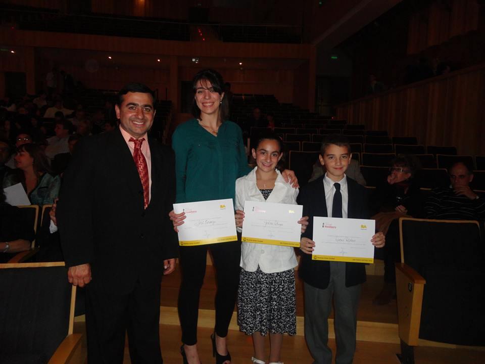 El Profesor Walter Olmos con los Ternados Abi Cardozo, Yesica Olmos y Lucas Ridao.