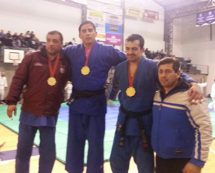 Podio Master -81 Kg. 2º Delbiondo(Lanús), 1º Albornoz(Sgo.del Estero), 3º Lobos (Peñarol ARAJ) con el prof. de la ARAJ D. Arregui