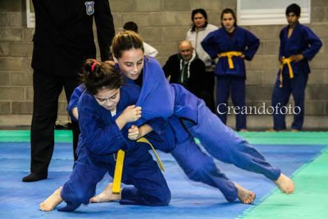 Las judokas  en plena Lucha.