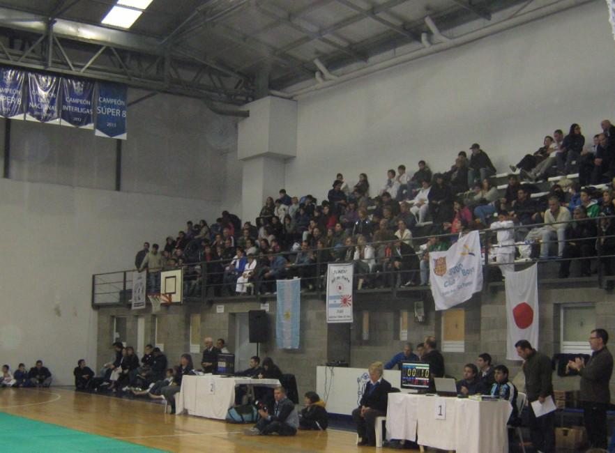 Tribunas a pleno en C.A.Peñarol de Mar del Plata.