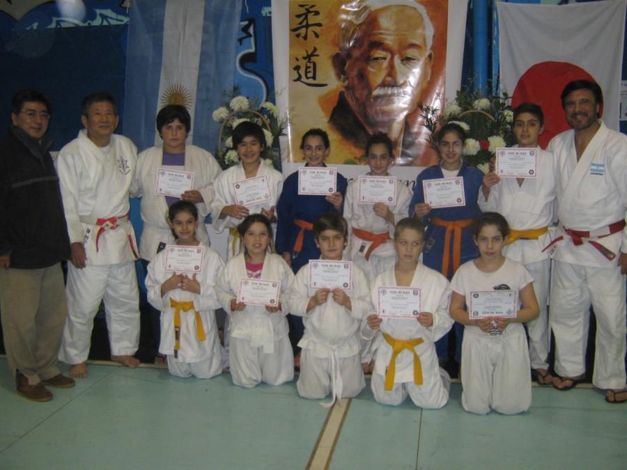 Judokas de Ren Bu Kan-CEF Nº 76 de Quequén (ARAJ/METRO) con los Maestros Masatoshi Kikuchi y Jorge Juri.