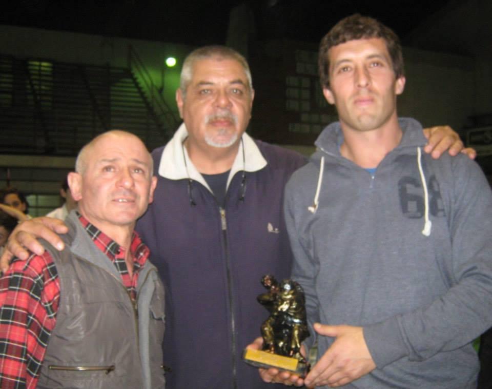 Los Profesores Miguel Torraca y Osvaldo Chedrese de Nam Bu Kan de Tres Arroyos reciben la estatuilla de 2º Puesto por institución.