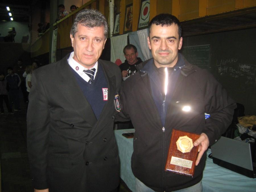 Ruben Chiodi entrega la distinción a Alejandro Lobos  Medalla de Bronce en el  Campeonato Sudamericano Master 2013