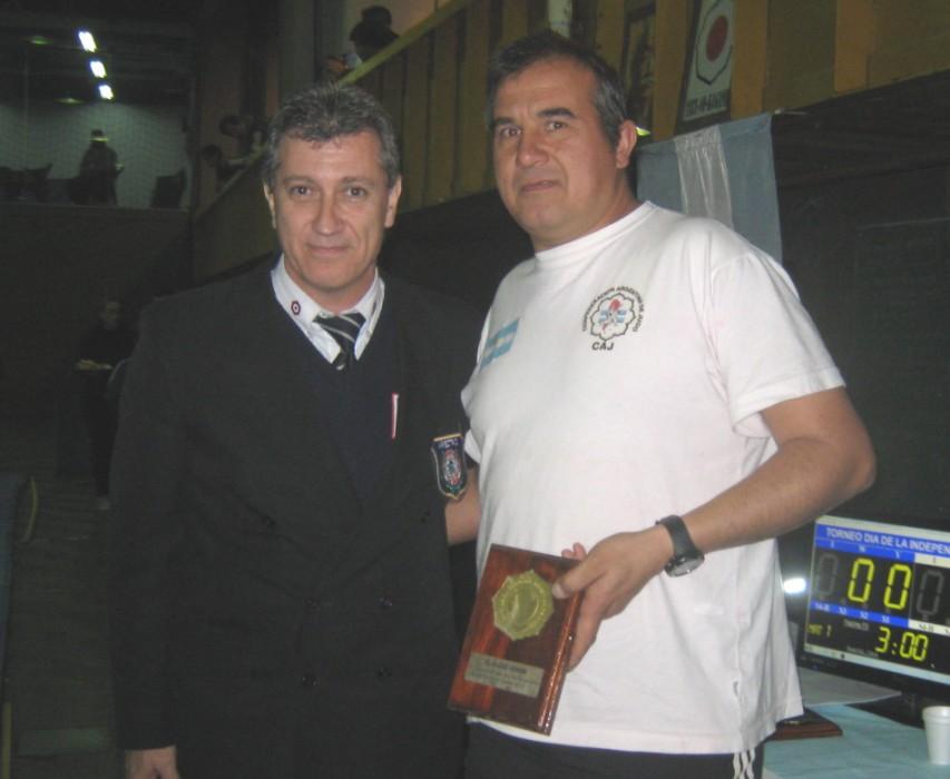 Ruben Chiodi entrega la distinción a Claudio Vereb Medalla de Bronce en el Campeonato Panamericano Master 2013 y Campeonato Sudamericano Master 2013