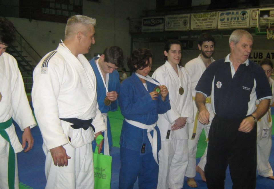 Judokas recibiendo sus medallas.