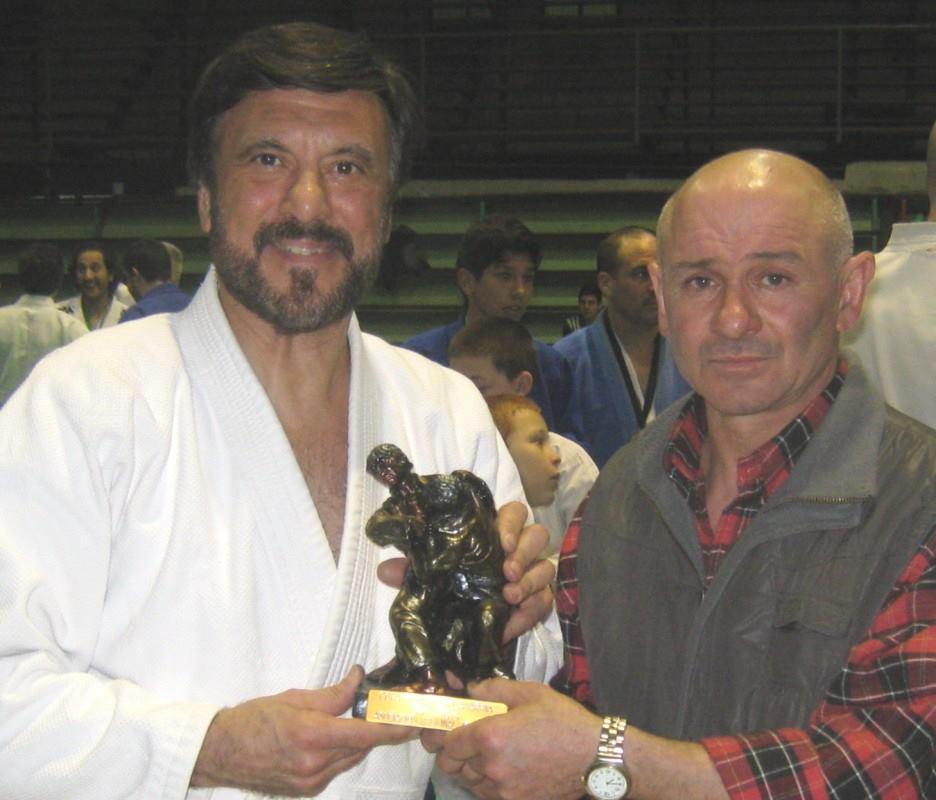 El Maestro Jorge Juri en representación de C.A.Peñarol /Academias Juri recibe la estatuilla de 3er. Puesto por institución .
