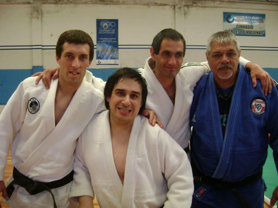 Los nuveosgraduados a cinturon Negro 1er. Dan Mario Arrupe y Gastòn Belando  posan en la foto con los Profesores Osvaldo Chedrese y Miguel Torraca.