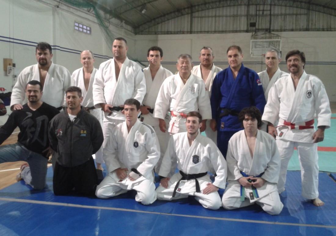 Los Judokas de Academias Juri pertenecientes a los Clubes Peñarol y Huracán de Mar del Plata con el Maestro M.Kikuchi y los Coordinadores del Curso Mtro. Juri y Prof Kevin Juri.