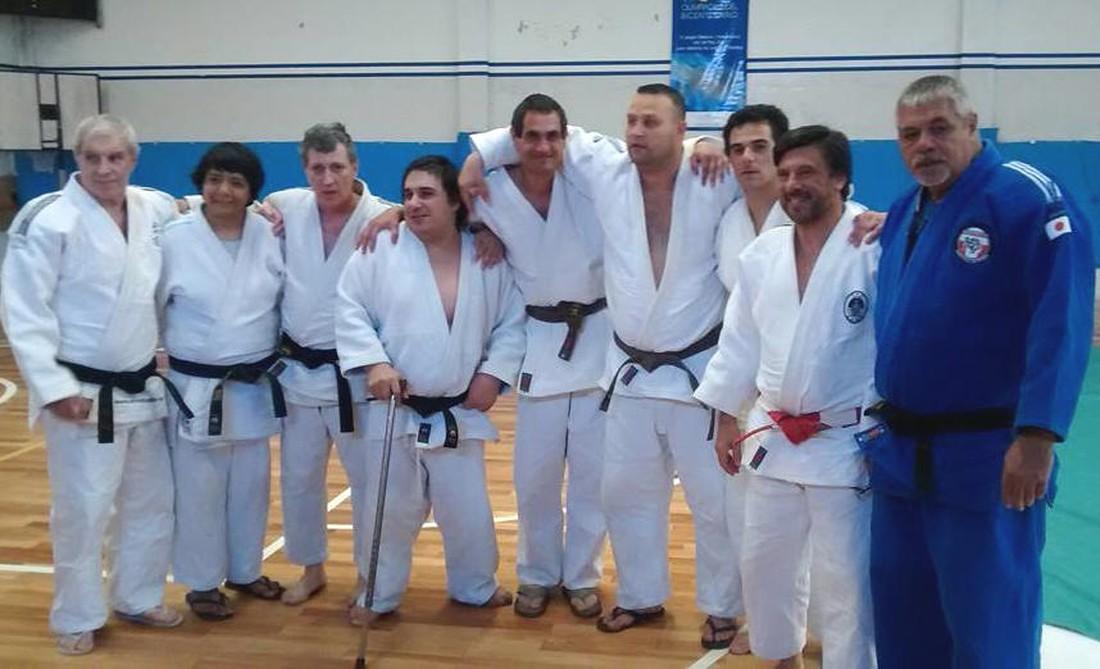 Judokas que rindiereon con los integrantes de la Mesa examinadora exámenes Dan