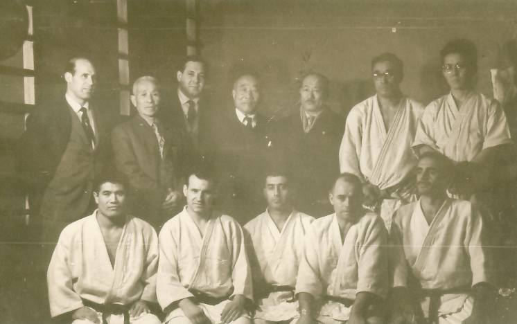 FOTO HISTORICA GENTILEZA INSTITUTO KUMAZAWA: PROFESORES Y MAESTROS DE JUDO : OSCAR PEREZ VILLA, MTRO.YOSHIO O´GATA , IRENEO MOREL, MTRO.TAJURO KUMAZAWA, MTRO. S. MATSUBARA, MTRO. K. TAKATA, TSUCHIYA(Karate), YORIYUKI YAMAMOTO , ROBERTO ARENY , JUAN CARLOS MICHELI , JUAN MANUEL MORENO y JUAN CARLOS ZANGA.