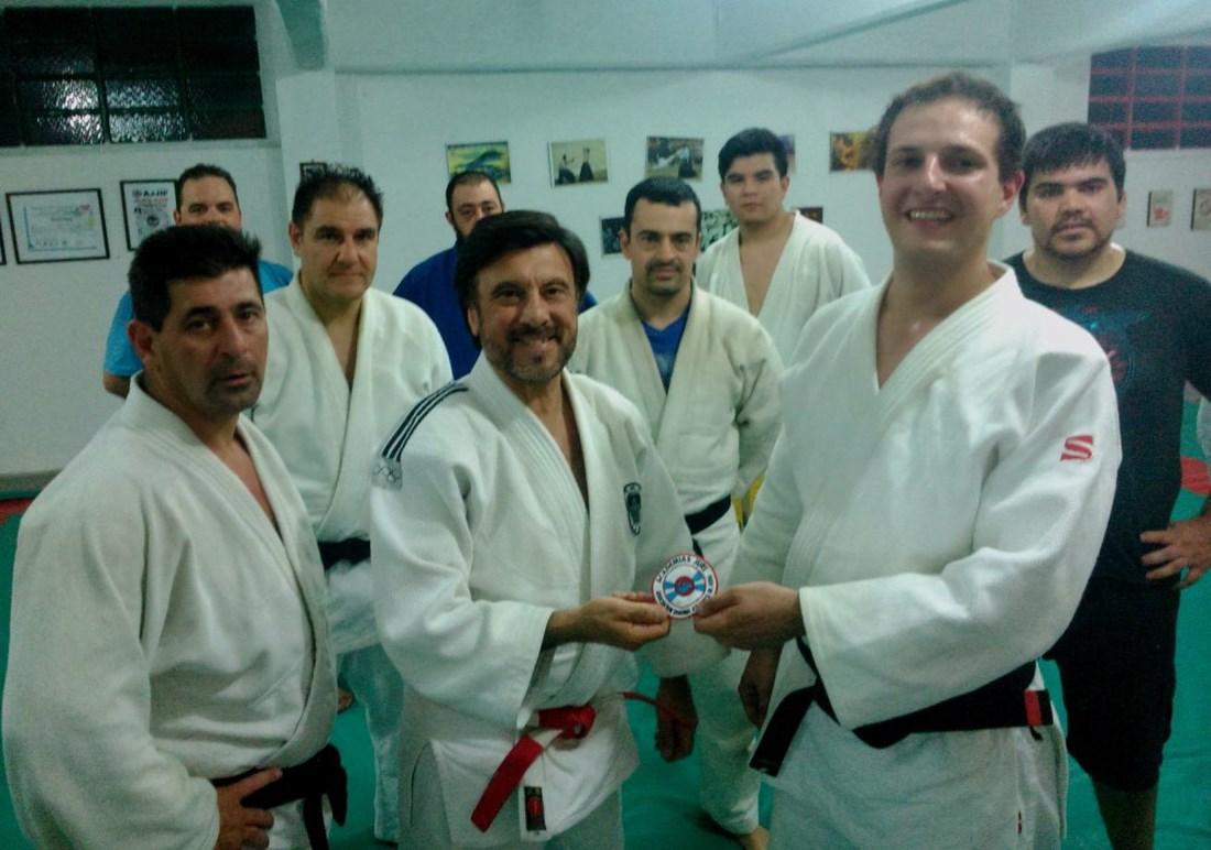 El Maestro Jorge Juri entrega  al Judoka Rosarino Juan Josè Monsalve el Escudo Distintivo de Academias Juri /Asociaciòn Regional Atlàntica de Judo.