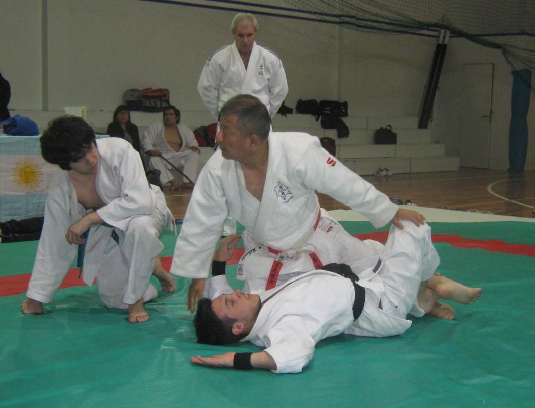 El Maestro Masatoshi Kikuchi (Kodokan) disertando ,como Uke el Prof. Kevin Juri.