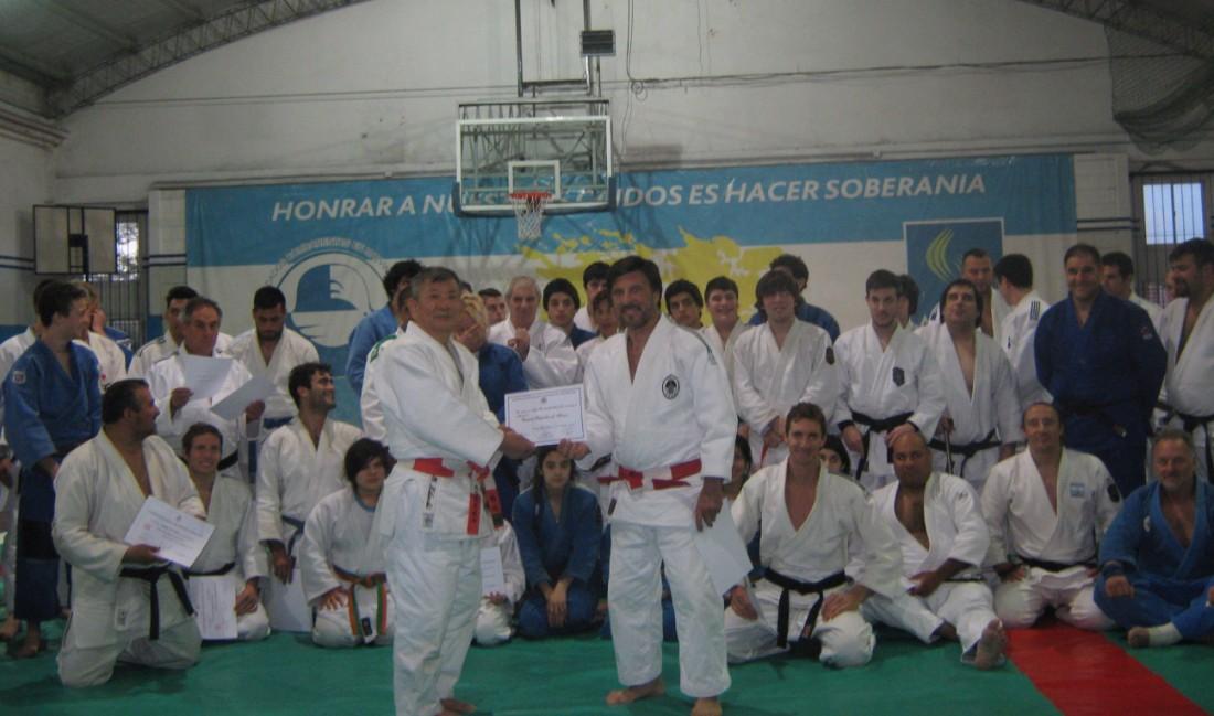 El Maestro Jorge Juri le entrega al Mtro.Masatoshi Kikuchi la distinción de Visitante Deportivo de Honor de la Federación Marplatense de Deportes