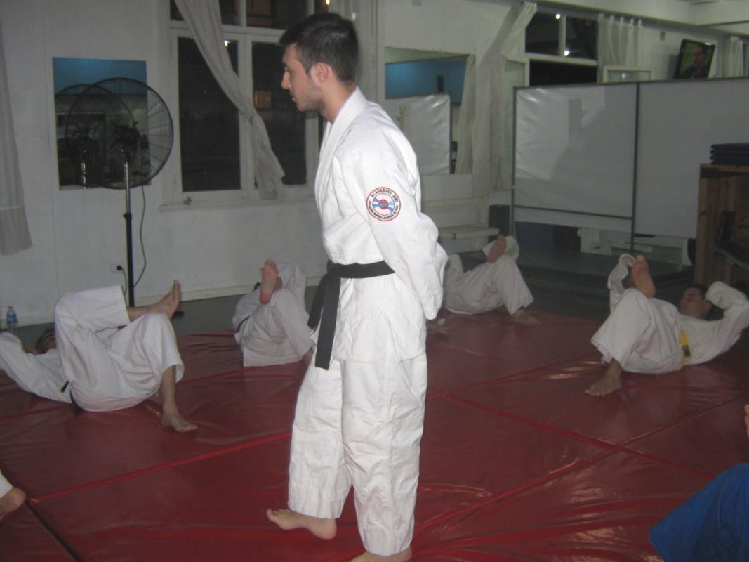 El profesor Kevin Juri a cargo de la Clase en el Dojo.