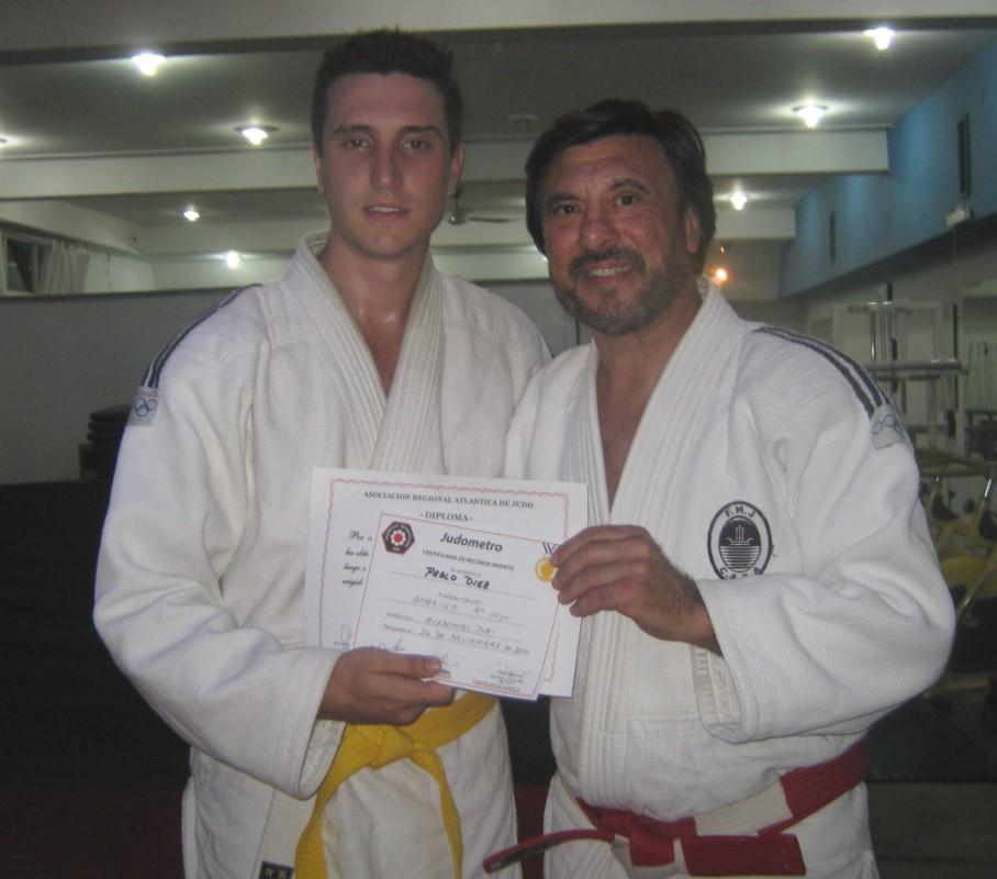 El Maestro Jorge Juri le entrega a Pablo Diez su Diploma de Graduación Kyu.