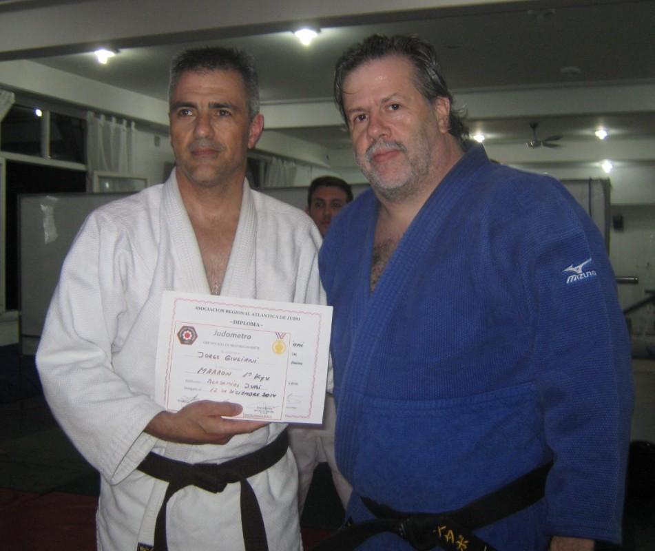 El Profesor Gustavo Valle le entrega a Jorge Giuliani su Diploma de Graduación Kyu.