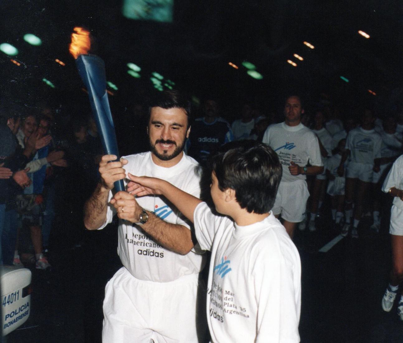 Hace 20 años Jorge Juri (Padre) entrega a Cristian Juri (Hijo) la Antorcha Panamericana.
