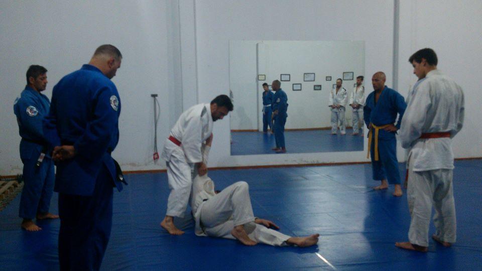 El Maestro Jorge Juri desarrollando una técnica previo al exámen de los Kyus.