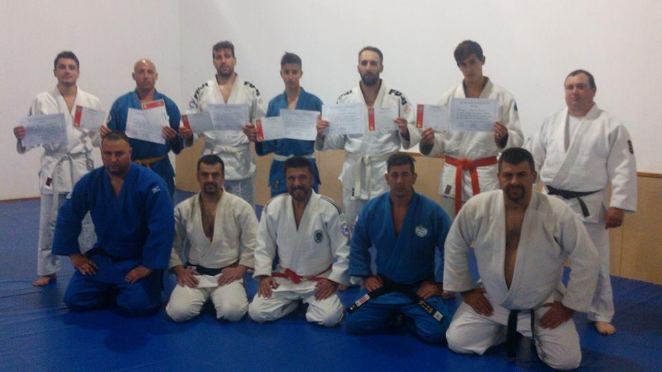 Los judokas  que aprobaron la Graduación inmediata superior Kyu con los integrantes de la mesa Examinadora y colaboradores.