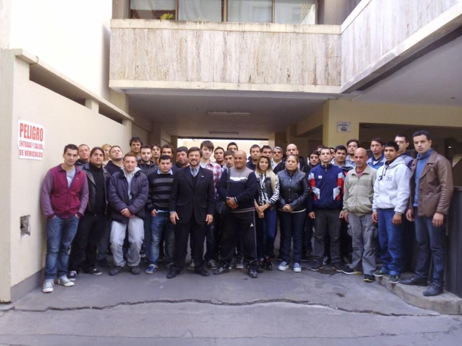 Curso  8-2015 en la puerta del Centro Panamericano de Capacitación con el Profesor Jorge Juri.
