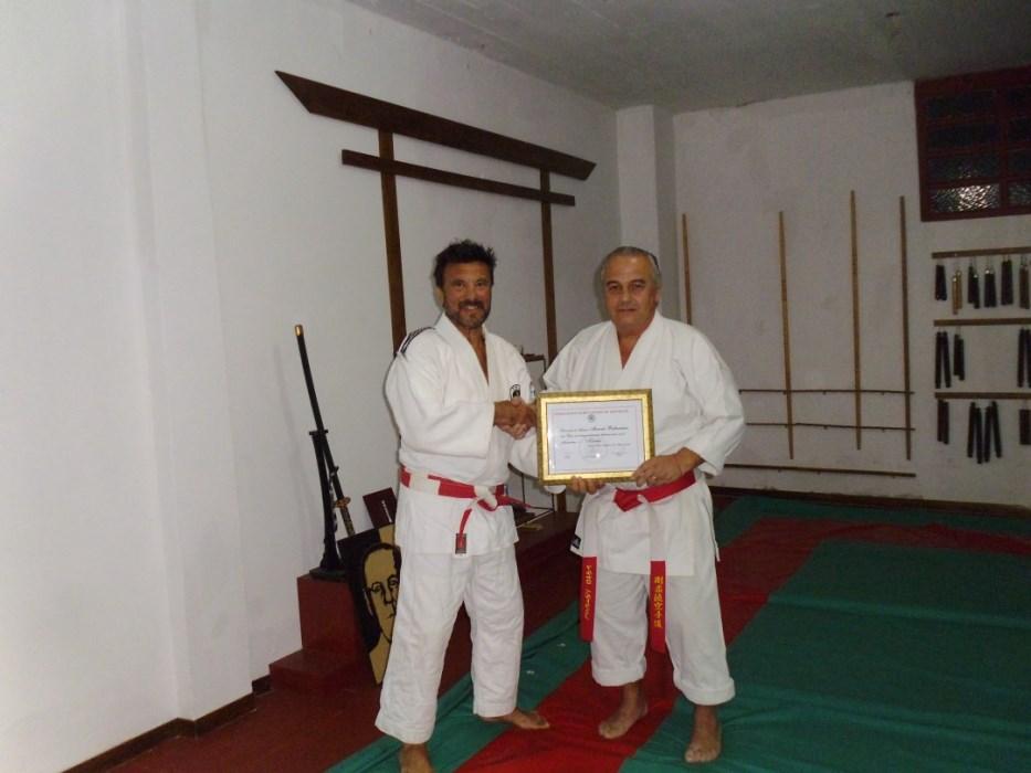 El Maestro Jorge Juri entrega la distinción de la FEMAD al Maestro Marcelo Beltramino.