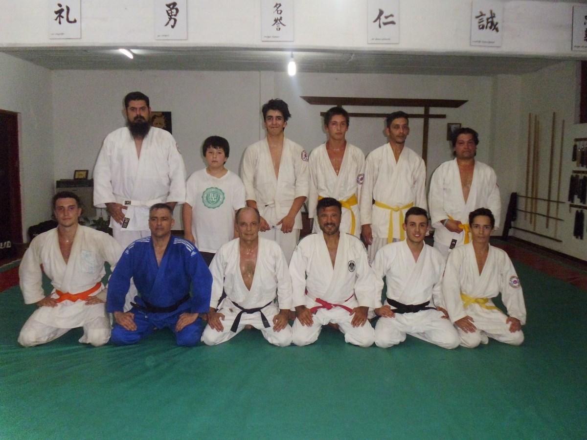 Algunos de los judokas presentes  en la clase posan con el Maestro Jorge Juri