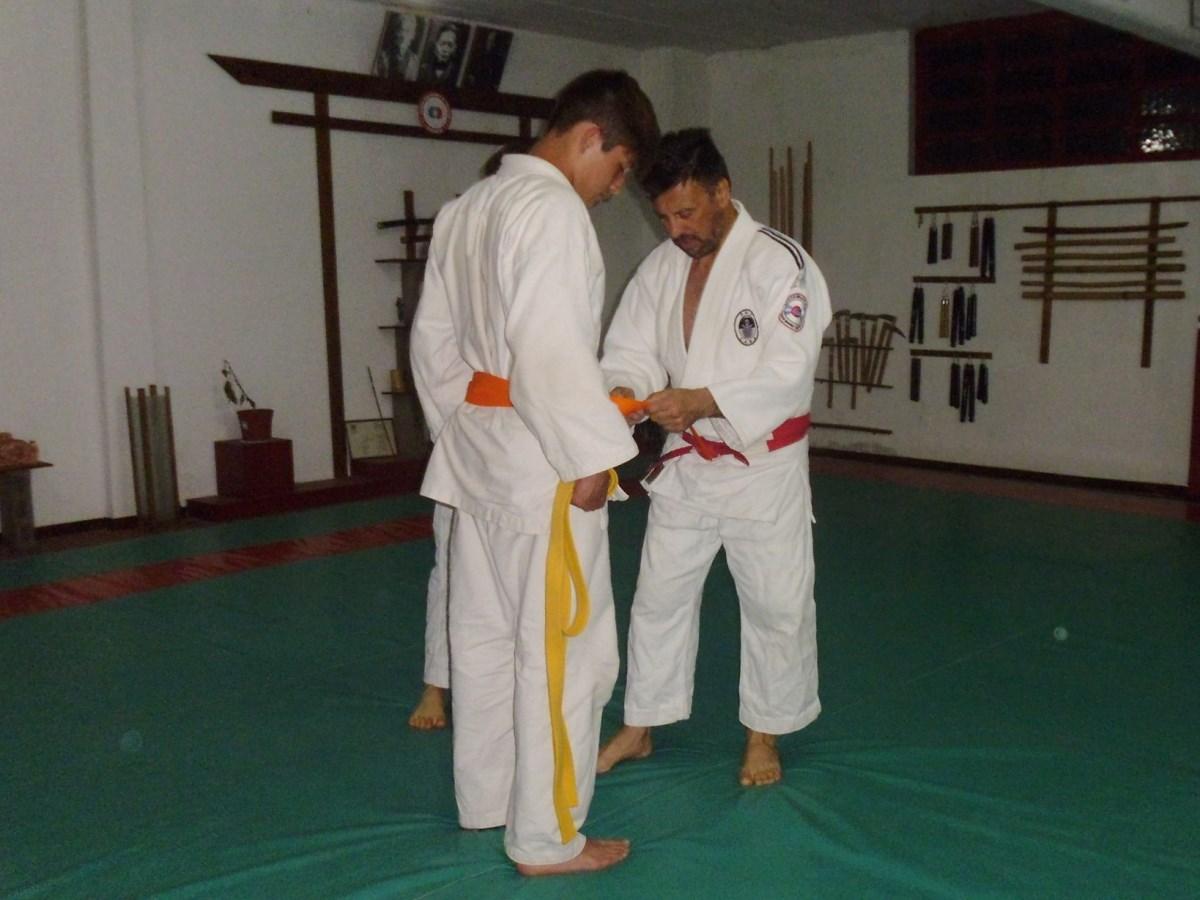 El Mtro.Jorge Juri  coloca el Cinturòn Naranja a Tomàs.