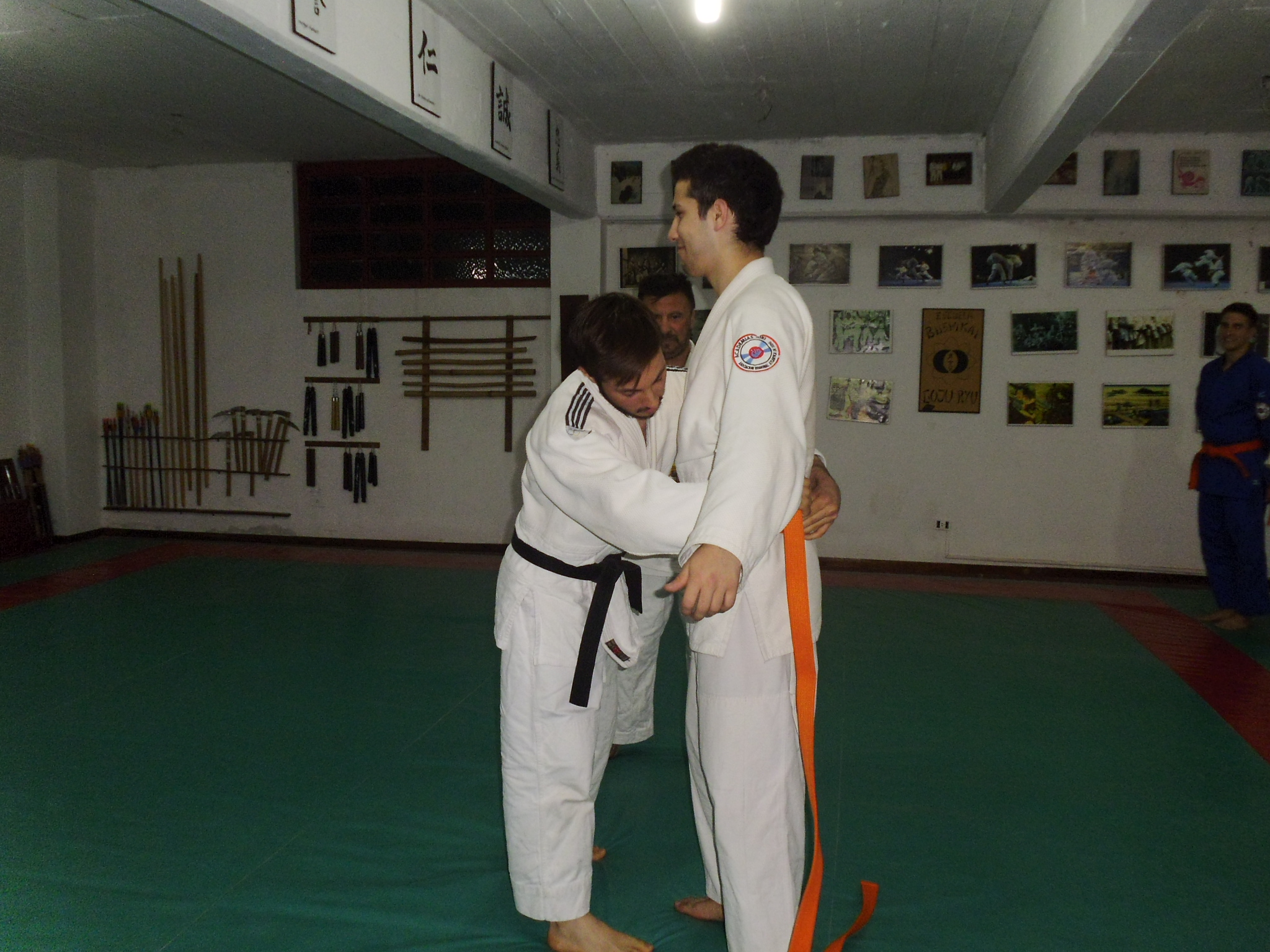 El Prof.Kevin Juri  coloca el Cinturòn Naranja a Felipe Durcodoy.