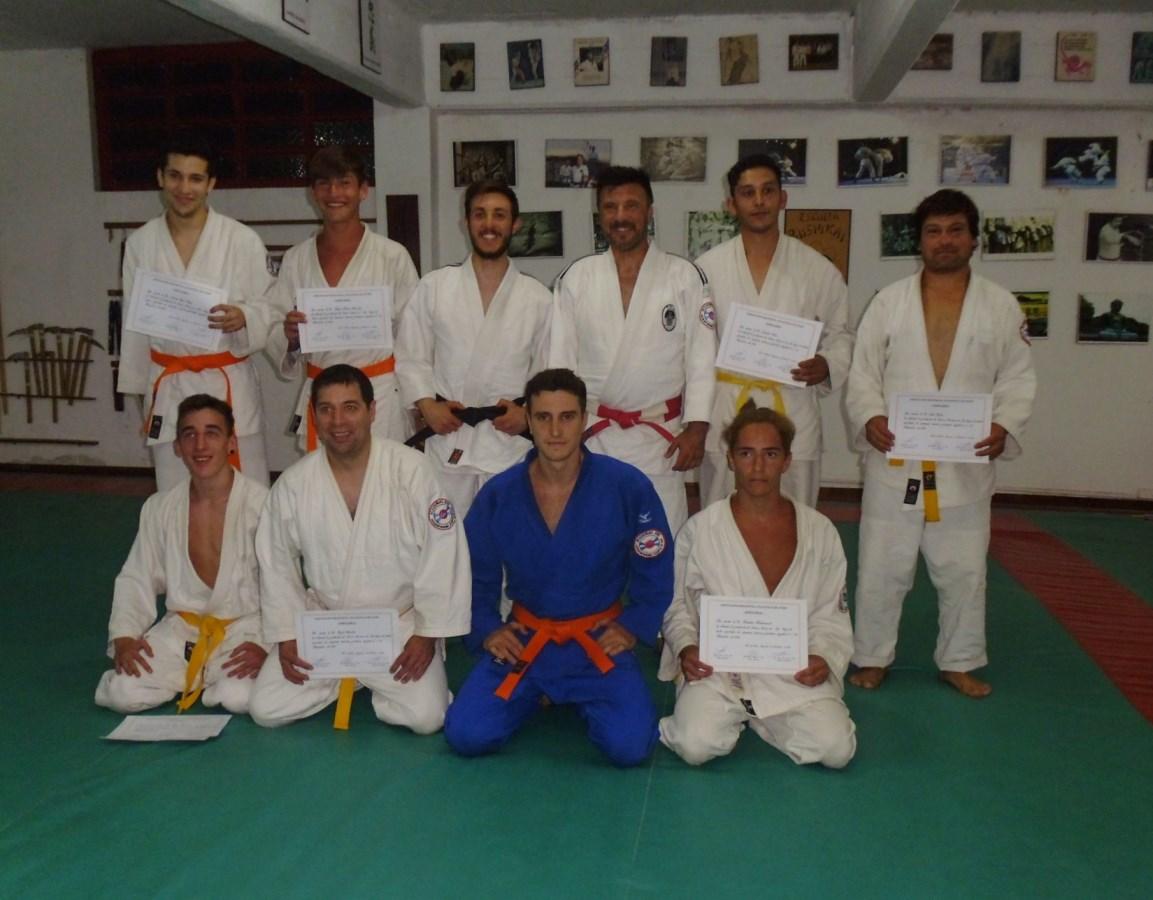 Los Graduados con el Profesor Kevin Juri y el Maestro Jorge Juri