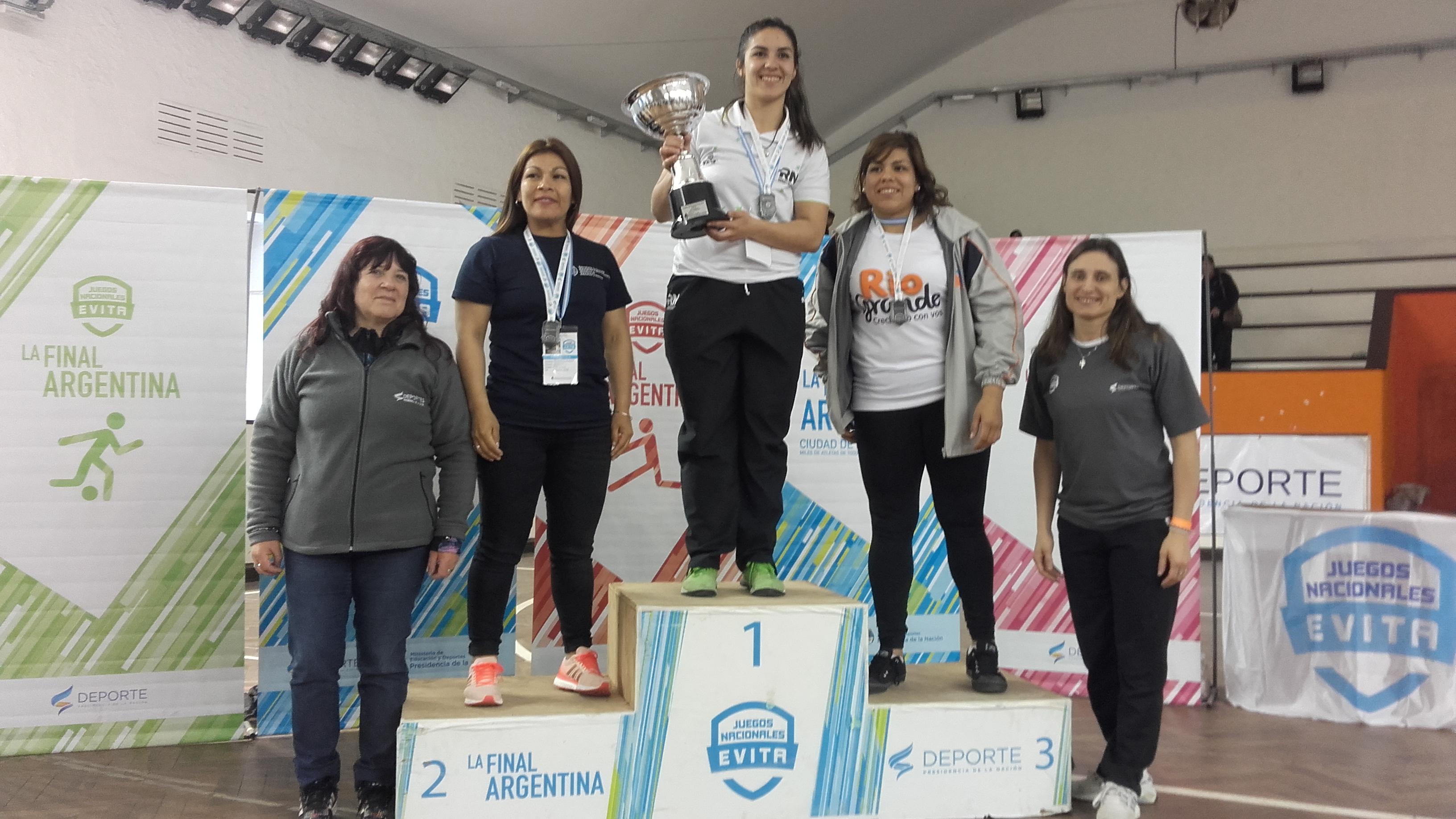 Podio por equipos Femenino, con ellas las Profesoras Liliana Escudero (MdP)y  Vanesa Titarelli (Sta.Cruz)